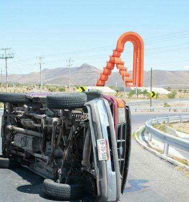 Vuelca conductor a metros de la Puerta de Chihuahua