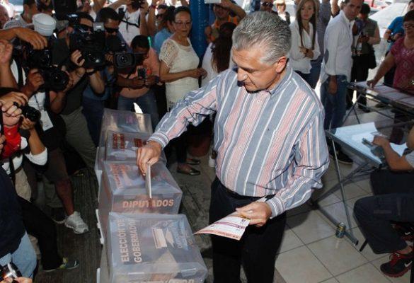 Emite su voto Enrique Serrano en Ciudad Juárez