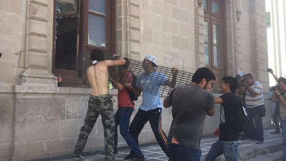 Manifestación se sale de control destruyen entradas de Palacio de Gobierno