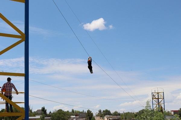 Cae mujer de tirolesa de 4 metros al soltarse del arnés