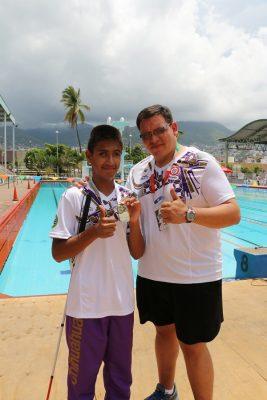 Irvin Durán gana medalla de oro en los 100 metros dorso de natación