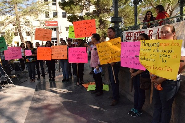 Se manifiestan maestros de CNTE contra la Reforma Educativa en la Plaza de Armas