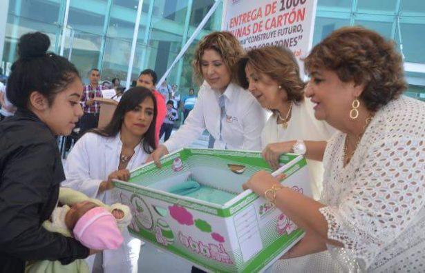 Echan a sus bebes en cajas que les dio el Gobierno