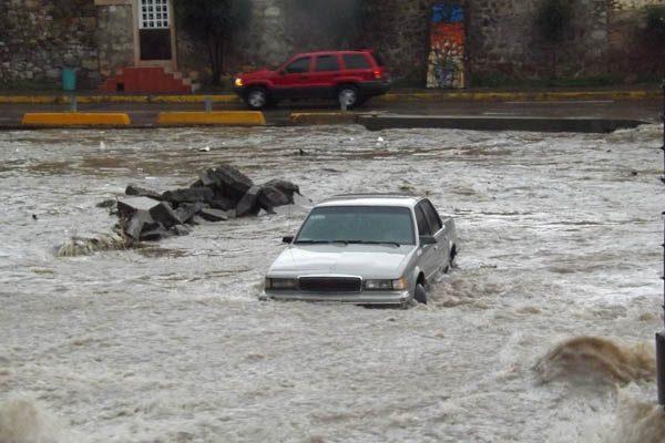 Caos en Parral por lluvias, vehículos arrastrados y calles inundadas