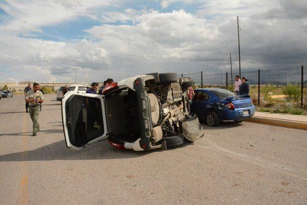 Impacta camioneta con vehículo estacionado y termina volcándose