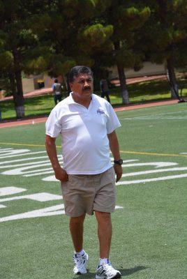 El director técnico de la URN felicita a sus jugadores por gran triunfo