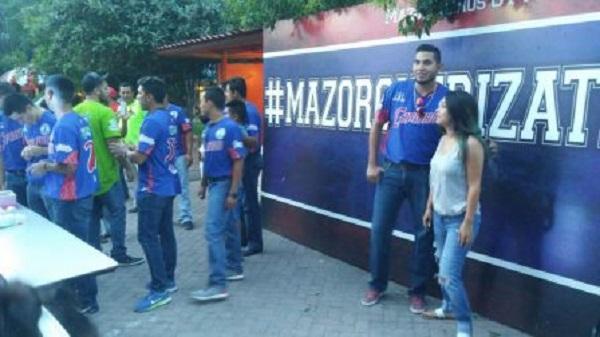Mazorqueros de Camargo convive con la afición en la plaza principal
