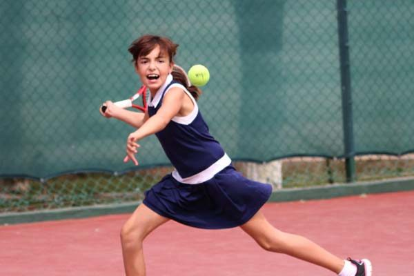 Entrenadores ofrecen clases vespertinas de tenis en la deportiva