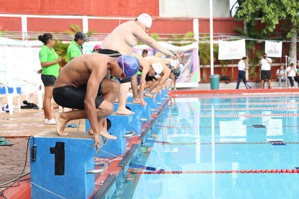 Irvin Durán conquista oro y plata en el último día de natación
