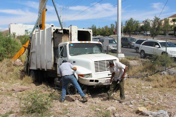 ¡A la basura! Cae camión recolector a arroyo, lo sacan con grúa