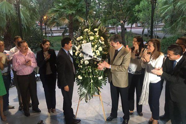 Rinden homenaje a don Luis H. Álvarez, coloca Corral copia de constancia