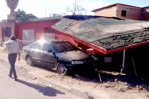 Terrible estruendo despierta a familia, Policía choca contra su casa
