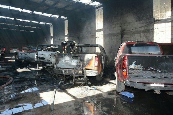 Se incendia taller al oriente con cinco vehículos en el interior