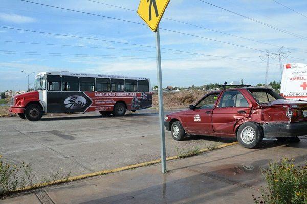 Comienzan accidentes con urbanos, pasajera de taxi resulta herida