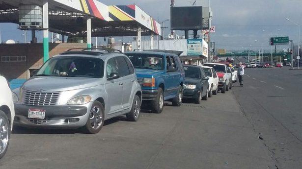 Vuelven las filas en gasolineras; ciudadanos se preparan