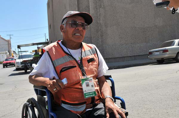 Ejemplo de civismo, es funcionario de casilla pese a su discapacidad
