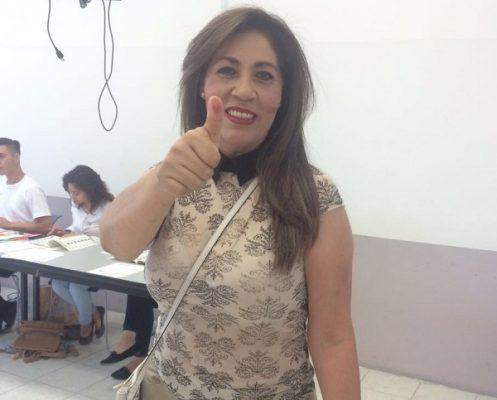 Emite su voto Yolanda Terrazas en las instalaciones de la escuela ELPAC