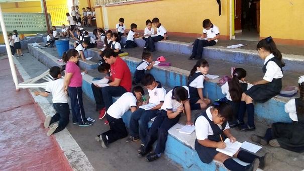 Protestan maestros de la Primaria Club de Leones por injusticias en Oaxaca