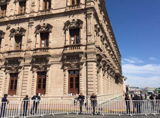 Permanece resguardo del  Palacio de Gobierno por segundo día