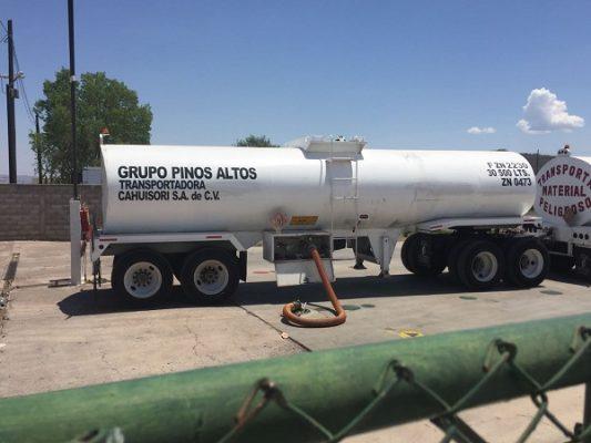 Llega dos pipas de combustible a estacion en el Fresno