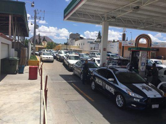 Dejan la seguridad por hacer fila para cargar combustible
