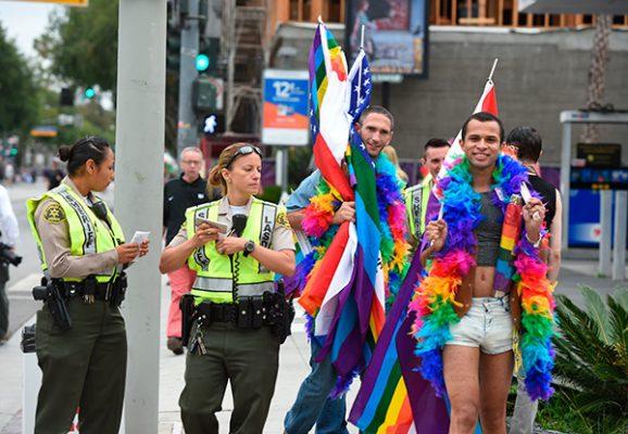 Detienen a hombre armado que iba al Desfile Gay en LA