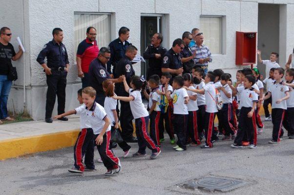 Recibe Policía Municipal a niños de primero de primara