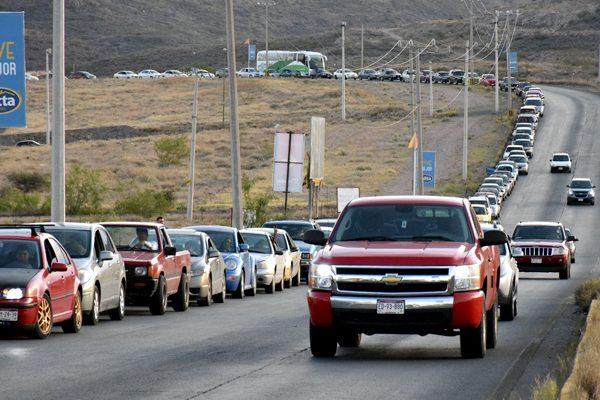 Impresionante video, larga fila para cargar gasolina