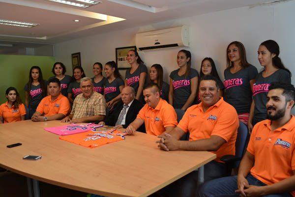 Presentan uniformes de Pioneras de Delicias