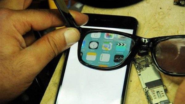 Crean anteojos que ocultan la pantalla del teléfono