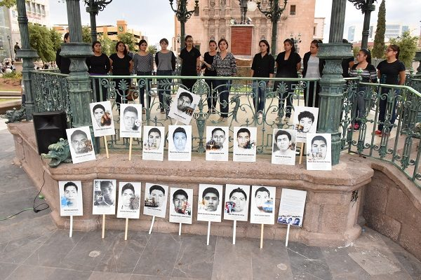 Recuerdan con mitin político a los 43 normalistas de Ayotzinapa