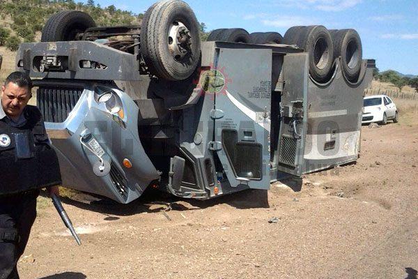 Resultan dos lesionados al volcar camión de valores en carretera