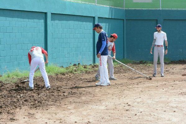 Se inundan campos deportivos por constantes lluvias