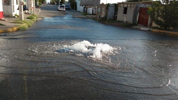 Mega fuga de agua tratada en las calles de la colonia Villa Juárez