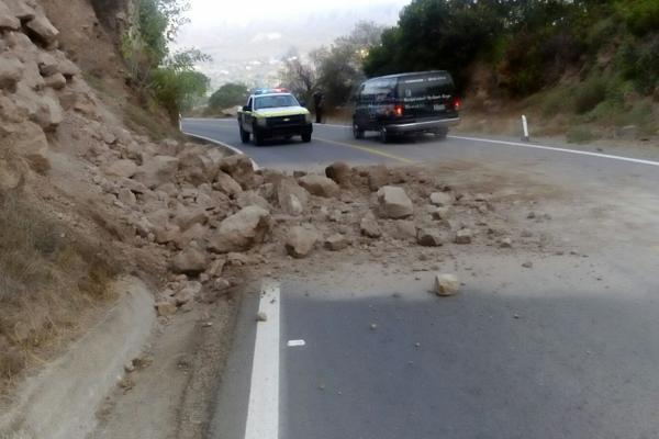 Alertan por derrumbes en carreteras de la Sierra