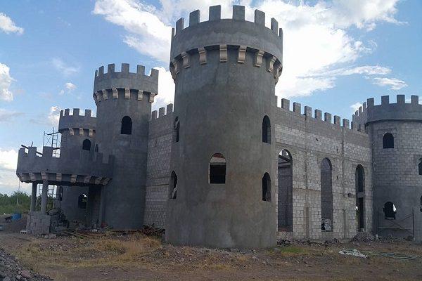 Levanta un castillo medieval para regalárselo a su nieta