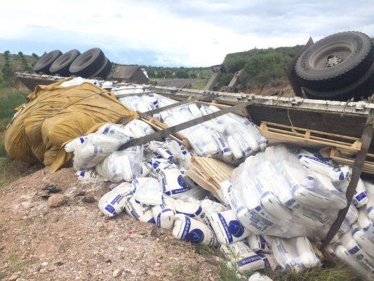 Vuelca con 22 toneladas de fertilizante