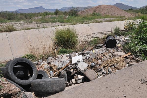 Los basureros clandestinos abundan en Punta Oriente