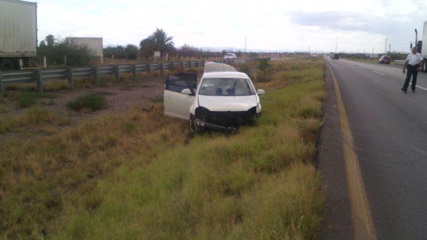 Lluvia ocasiona choque en la carretera a Delicias; no hay lesionados