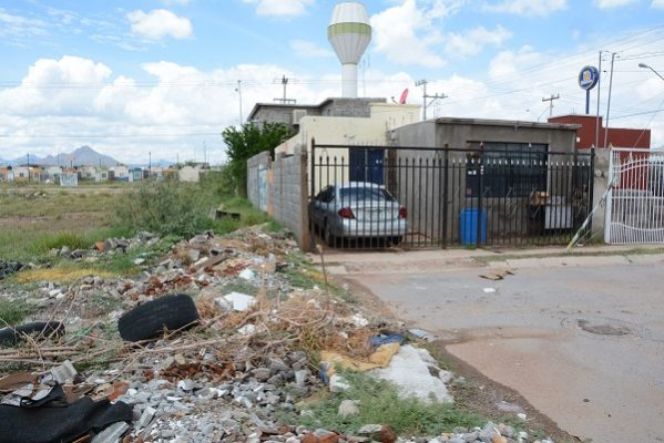 Se inundan por exceso de basura y escombro en las calles