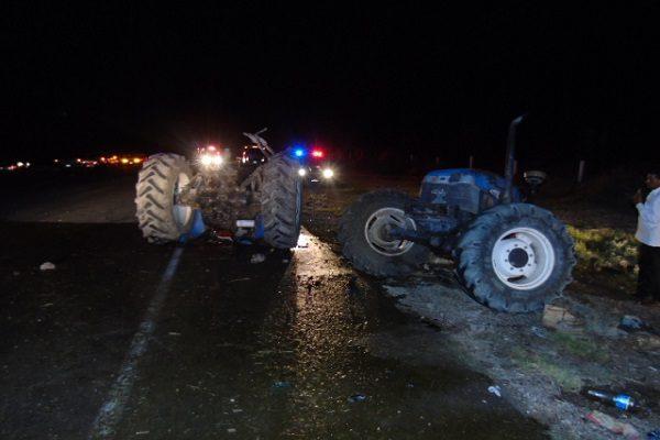 Camioneta parte en dos a tractor agrícola