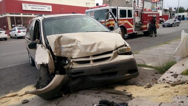 Choca dos vehículos, derrumba un poste y se impacta en un local comercial