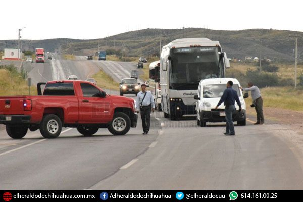 Sujetos armados roban cinco pick ups en carretera corta a Parral