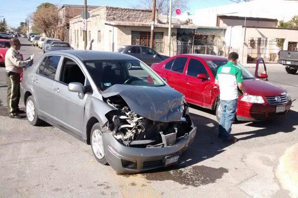 Aparatosos accidente deja tres personas lesionadas en la calle Escudero