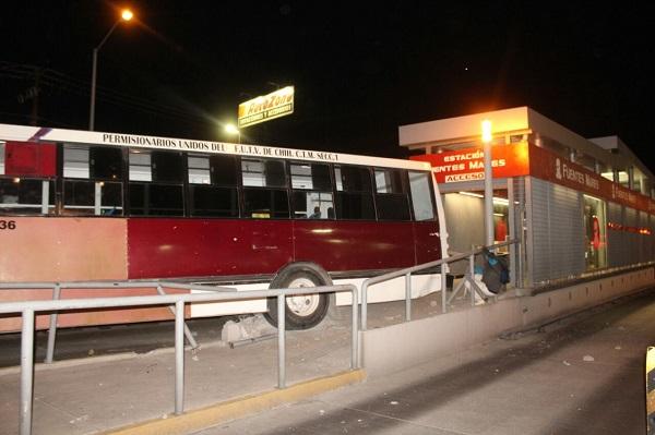 Impacta camión urbano contra estación del Vivebús