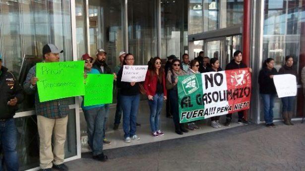 Se manifiestan ciudadanos en las afueras del edificio de gobierno del estado