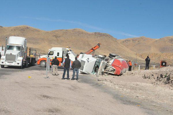 Vuelca camión de carga en la carretera a Delicias