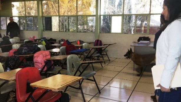 Realiza PEU inspección mochila en escuelas
