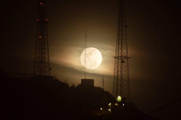 Espectacular luna acompaña el cielo de Chihuahua