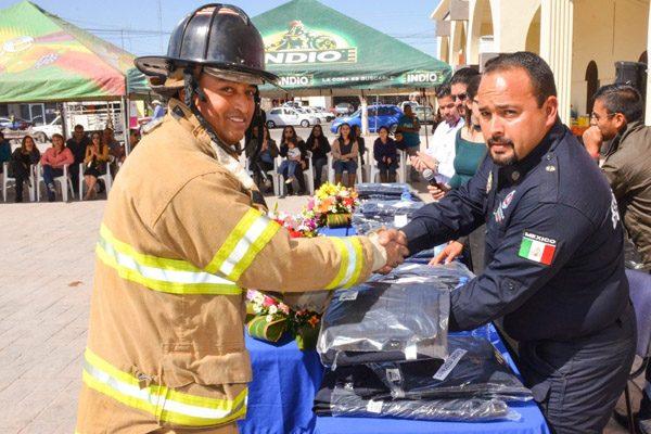 Dota Presidencia de uniformes nuevos a bomberos de Meoqui
